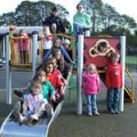Psihologii indeamna parintii sa incurajeze spontaneitatea copiilor prin joaca in aer liber