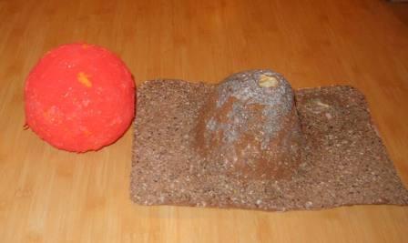 Praf rosu cum vezi pe Marte/ O planeta cu vulcani,/ N-o sa vezi in alta parte/ Poti sa cauti mii de ani.