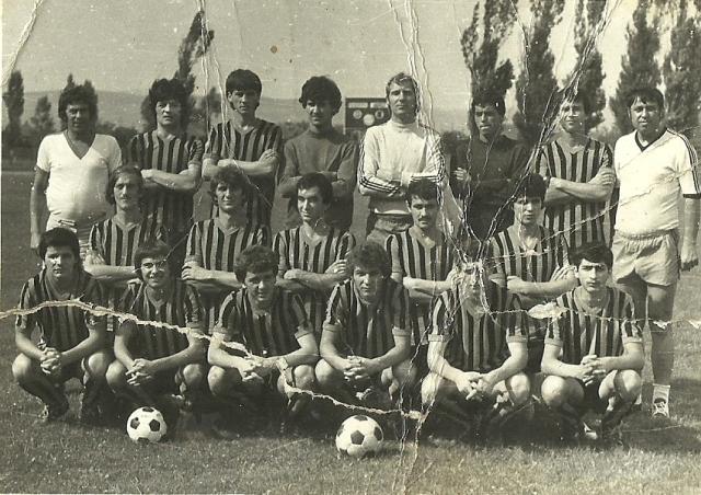 Bunicul meu era mare amator de fotbal. Fotografiile echipei de fotbal nu sunt mai noi de anul 1983.